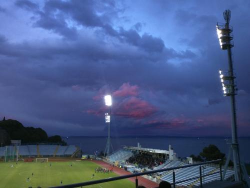 Kantrida u sumrak - pogled s atletske dvorane